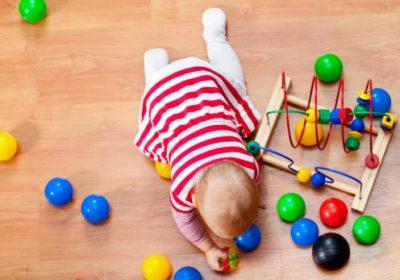 Pourquoi laisser absolument votre bébé jouer au sol